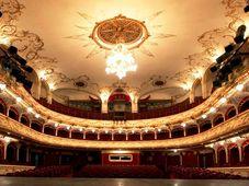 """Teatrul Rosu: """"O femeie impartita la doi"""""""