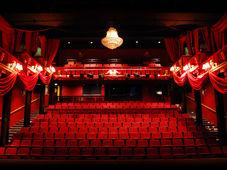 """Teatrul Rosu: """"Blonda din vecini"""""""